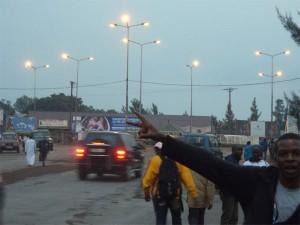 Un jeune esperant un changement positif dans la ville de Goma au rond pint Signers.