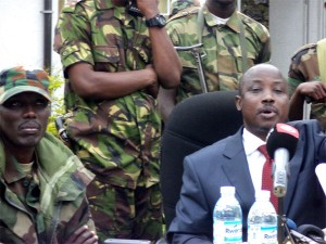 Jean Mari Runiga (en veste) et Sultani Makenga (en tenue militaire) le 03 Janvier 2013 à Bunagana