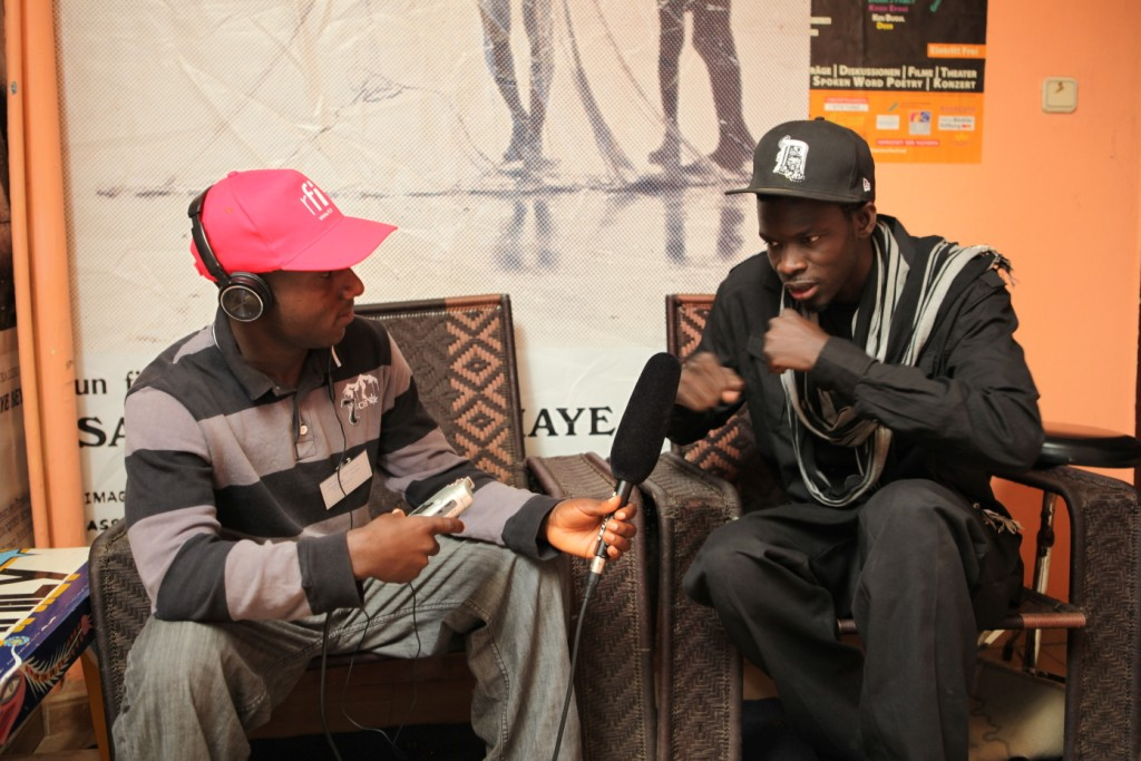 Ndongo D en interview avec Gaïus Kowene à Dakar (Crédit Photo: Marthe Le More)