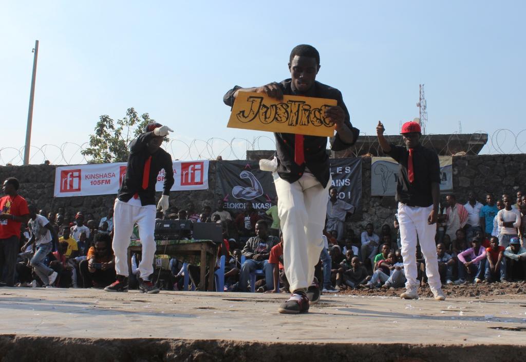 Le groupe de danse Arsenic Dance Crew sur scène au #SKIFF2013 (Crédit photo: Yolé!Africa)