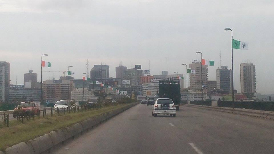 Drapeaux de la Banque Africaine de Développement dans les rues d'Abidjan. (Crédit photo : Eugene Buingo)