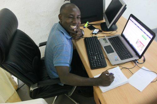 Le blogueur Gaius Kowene utilise un ordinateur